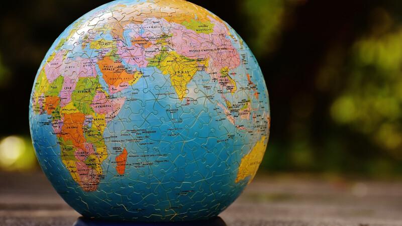 Een puzzel met daarop een wereldbol